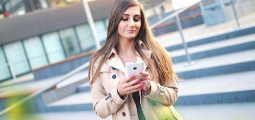 dziewczyna ze smartfonem szukajaca pozyczki